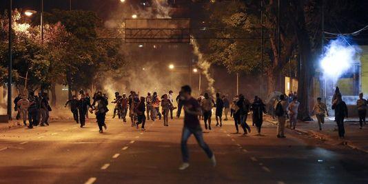 4372729_3_9fc2_heurts-entre-forces-de-l-ordre-et-manifestants_caeeb1608e3539d553dc532804fecd9b