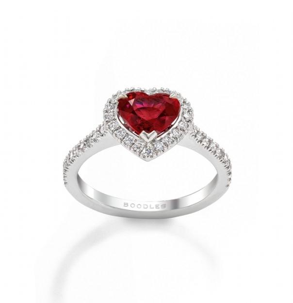 boodles-bague-de-fianc3a7ailles-coeur-rubis-diamant-platine