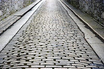 rue-pave-en-cailloutis-mure-par-pierre-513734