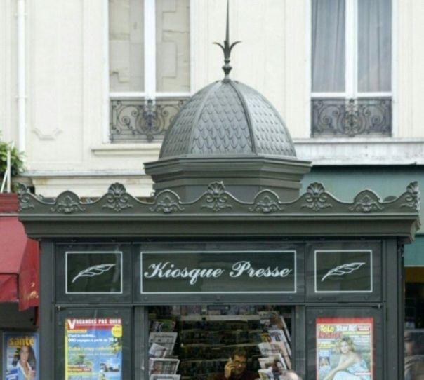 892535-le-kiosque-surmonte-d-un-petit-dome-et-d-une-frise-a-ete-concu-en-1857-par-l-architecte-gabriel-davi