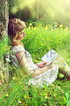 36765159-fille-lisant-un-livre-sous-un-arbre-dans-la-nature